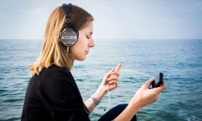 Kvinna lyssnar på ljudbok